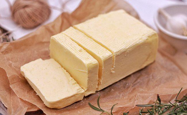 Bloc de beurre en tranches