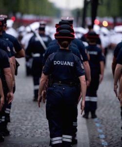 14 juillet: Douane sur les Champs-Elysées ... complète et à parité