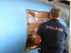 Trafic en Transmanche: Gerald Darmanin félicite les douaniers de Dunkerque d'avoir saisi plus de 2,2 tonnes de cigarettes