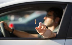 Mégots: Le sénateur veut rendre les cendriers obligatoires dans les voitures