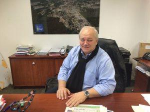 Mégots: un maire à qui il est interdit de fumer en voiture