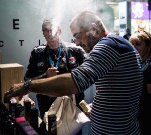 """Vapotage: """"Les chiffres parlent d'eux-mêmes, grâce à Vaping, plus de 100 000 fumeurs ont été tués"""" (Benoit Vallet / Libération)"""