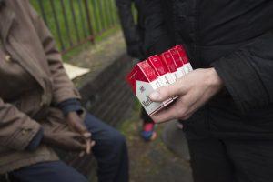 """Verbalisation des acheteurs de tabac de rue: """"c'est un signal fort de l'Etat"""" (Philippe Alauze / Paris)"""