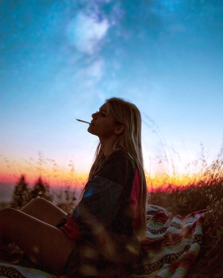 Femme fumant un joint de chanvre CBD