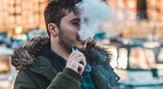 Homme exhalant nuage de vapeur