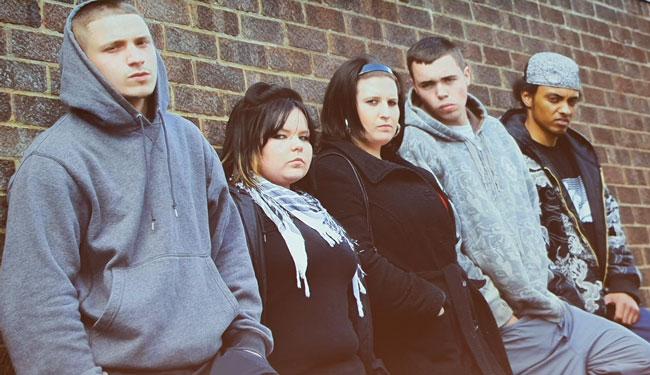 Un groupe d'adolescents maussades.