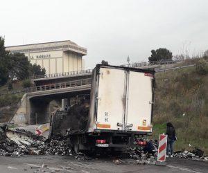 Logistique du tabac: un camion attaqué et incendié à Marseille
